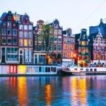 Амстердам. Пляшущие домики у реки Амстел