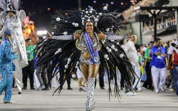 масштабный карнавал В Рио-де-Жанейро